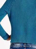 Turkusowy sweter cropped z rozporkami