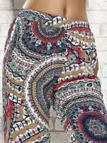 Wzorzyste granatowe spodnie dzwony we wzór etno
