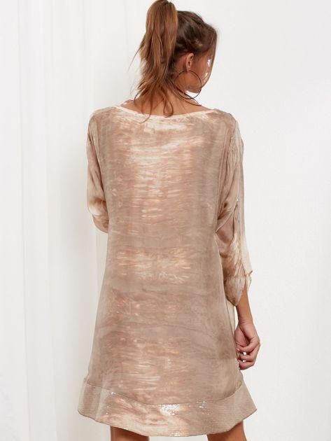 Beżowa sukienka oversize z cekinami w malarski deseń                              zdj.                              2