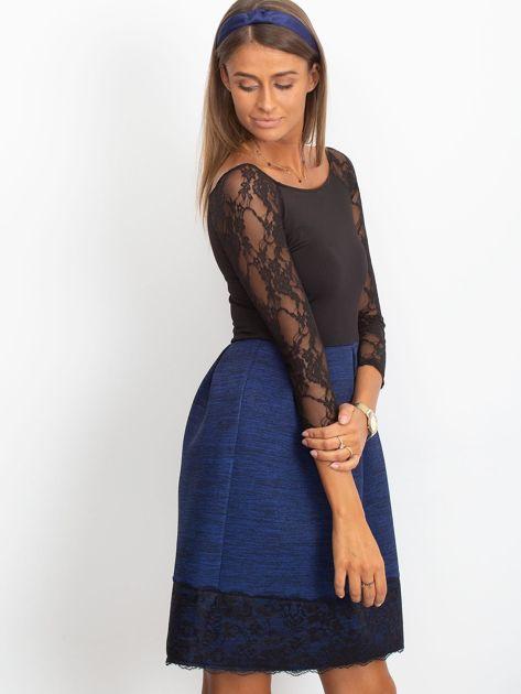 Ciemnoniebieska sukienka z koronkową lamówką                              zdj.                              3