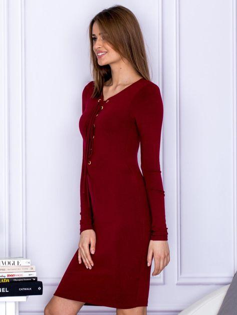 Dopasowana sukienka z wiązanym dekoltem bordowa                                  zdj.                                  3