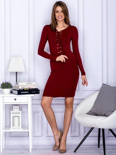 Dopasowana sukienka z wiązanym dekoltem bordowa                                  zdj.                                  4