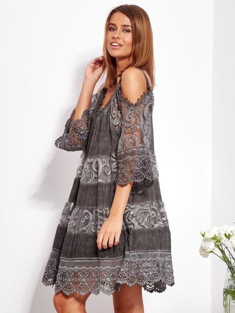 Grafitowa sukienka cold shoulder z koronką i cekinowym haftem                              zdj.                              3