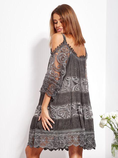 Grafitowa sukienka cold shoulder z koronką i cekinowym haftem                              zdj.                              5