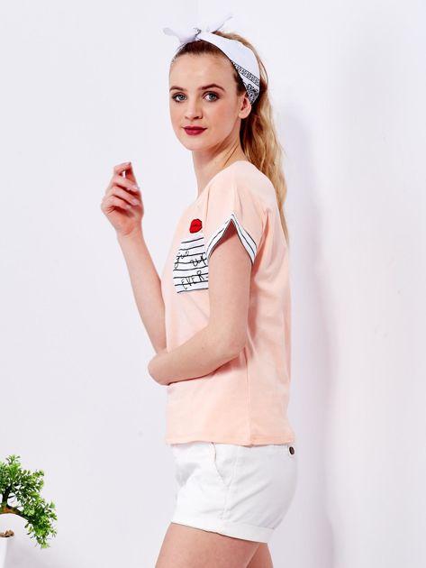 Brzoskwiniowy t-shirt z kieszonką i naszywką                                  zdj.                                  5