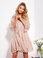 Pudroworóżowa sukienka cold shoulder z koronką i cekinowym haftem                                  zdj.                                  5