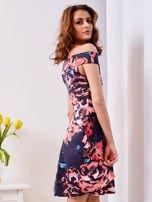 Rozkloszowana sukienka w duże kwiaty granatowa                                  zdj.                                  3