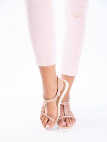 Złoto-różowe sandały z mieniącymi się koralikami i pionowym paskiem na przodzie