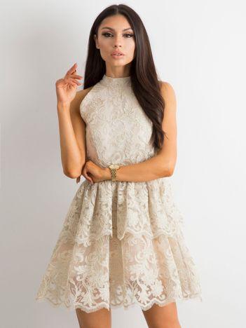 6bc940e33d BY O LA LA Beżowa koronkowa sukienka z falbanami