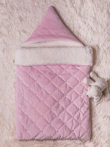 Becik rożek niemowlęcy z ozdobnymi perełkami na futerku zapinany na suwak dla dziewczynki różowy