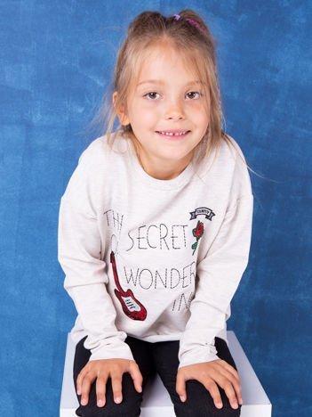 Beżowa bluza dla dziewczynki z naszywkami