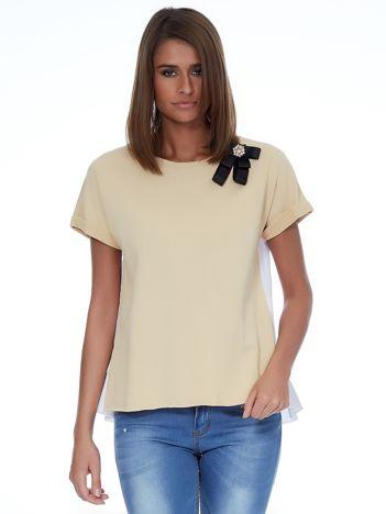 Beżowa bluzka z przypinką i koszulowym tyłem