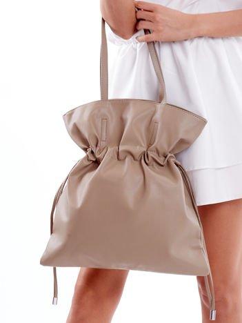 Beżowa miękka torba ze ściągaczem