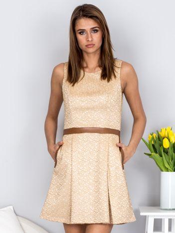 Beżowa rozkloszowana sukienka ze skórzanymi wstawkami