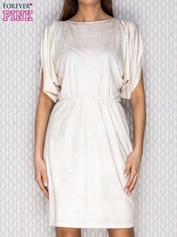 Beżowa sukienka koktajlowa z szerokimi rękawami