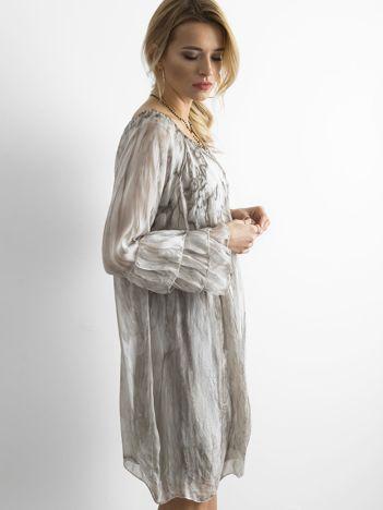 Beżowa sukienka z falbanami na rękawach