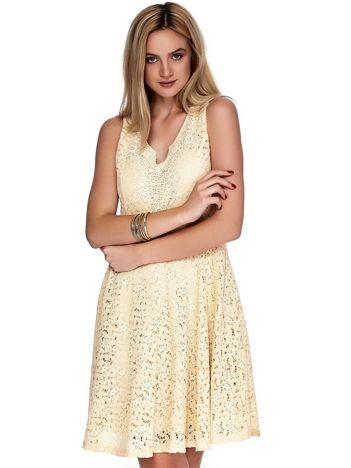 Beżowa sukienka z koronki z ozdobnym dekoltem
