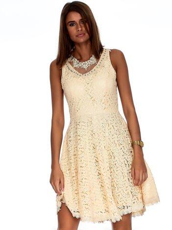 Beżowa sukienka z koronki z perełkami