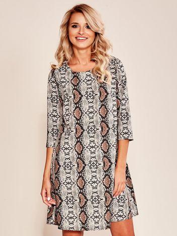 Beżowa sukienka z wężowym wzorem