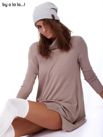 Beżowa swetrowa sukienka z miękkim golfem BY O LA LA