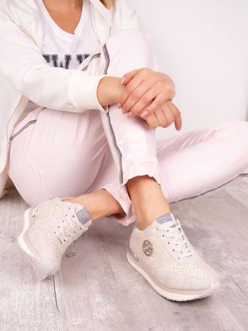 Beżowe buty sportowe ACLYS z ażurowa cholewką