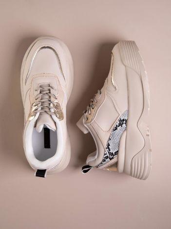 Beżowe buty sportowe na podwyższeniu z błyszczącą wstawką i zwierzęcym motywem