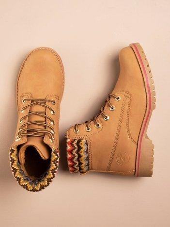 Beżowe buty trekkingowe damskie ocieplane traperki z jasnobeżową podeszwą i cholewką w dziany wzorzysty wzorek