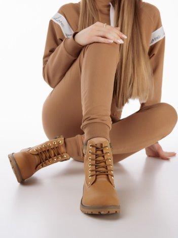 Beżowe buty trekkingowe damskie, ocieplane traperki z jasnobeżową podeszwą i cholewką we wzór moro