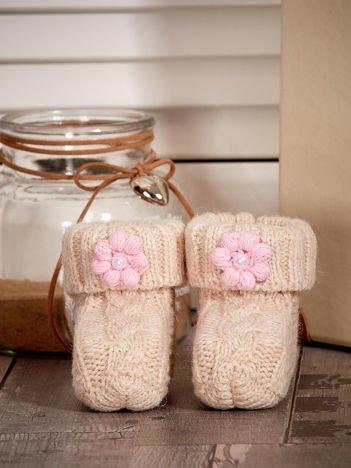 Beżowe dziergane buciki dziewczęce z kwiatuszkami i perełkami