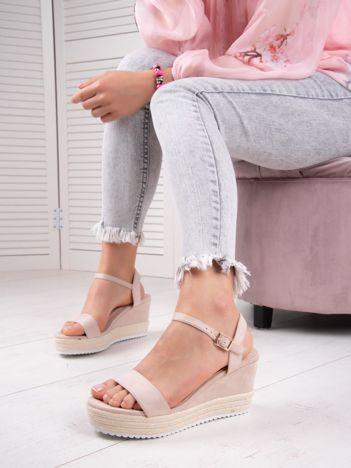 Beżowe sandały SWEET SHOES na koturnach zapinane na kostkach