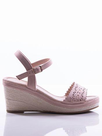 Beżowe sandały na koturnach z ażurowym wzorem na przodzie cholewki i złotymi cyrkoniami