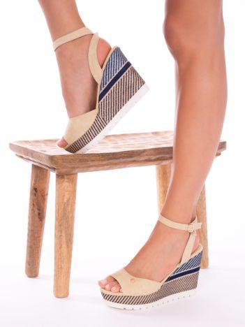 Beżowe sandały na ozdobnie wyszywanych koturnach