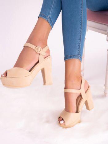 Beżowe sandały na platformie i wysokich słupkach z ecozamszu