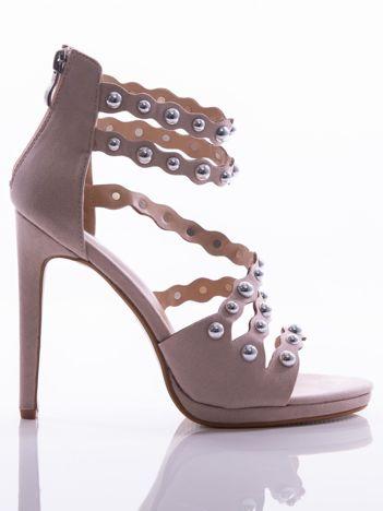 Beżowe sandały na szpilkach z asymetrycznym paskiem na przodzie cholewki i srebrnymi perełkami na cholewce