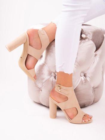 Beżowe sandały na wysokich słupkach z ozdobnie powycinaną cholewką