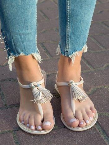 Beżowe sandały z ozdobnymi chwostami na przodzie buta