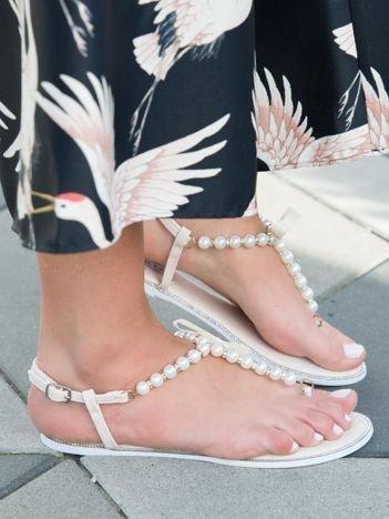 Beżowe sandały z ozdobnymi perełkami i kokardką z przodu buta