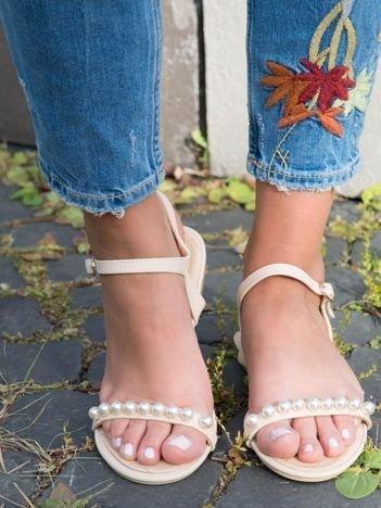 Beżowe sandały z ozdobnymi perełkami na przodzie cholewki