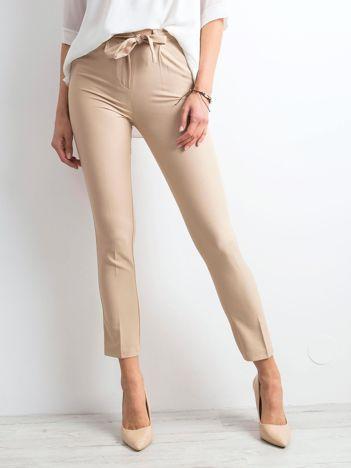 Beżowe spodnie z wiązaniem