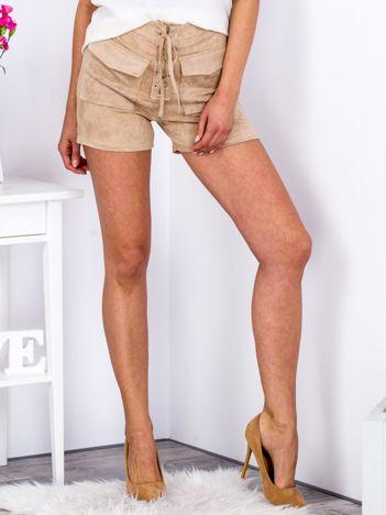 Beżowe szorty lace up o zamszowej fakturze