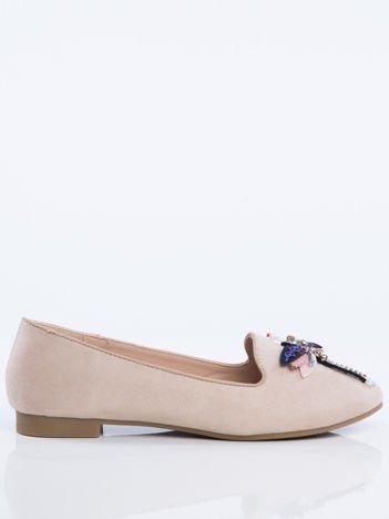 Beżowe zamszowe lordsy na niskim klocku z ozdobną naszywaną ważką z przodu buta