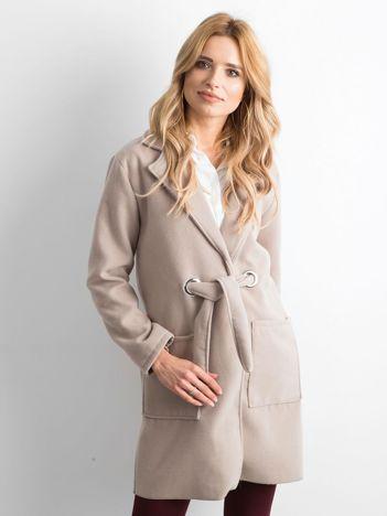 Beżowy flauszowy płaszcz z paskiem