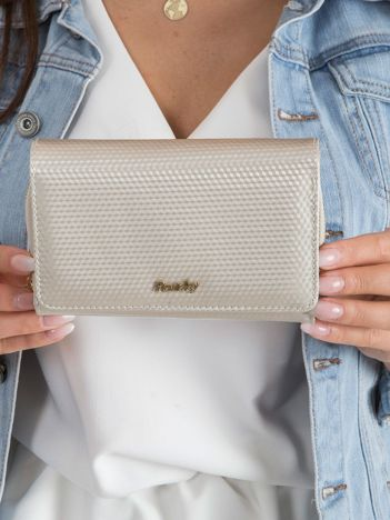 Beżowy lakierowany portfel w drobny wzór