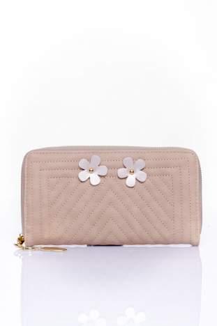 Beżowy pikowany portfel z ozdobną klamerką