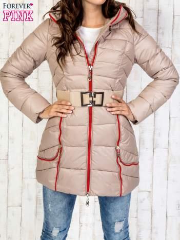 Beżowy płaszcz z paskiem i kolorowymi suwakami