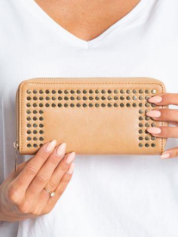 Beżowy portfel z ćwiekami
