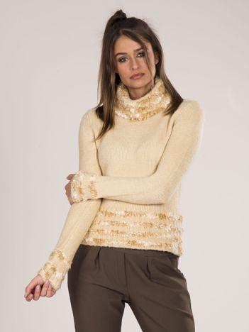 Beżowy sweter golf z ozdobnym wykończeniem