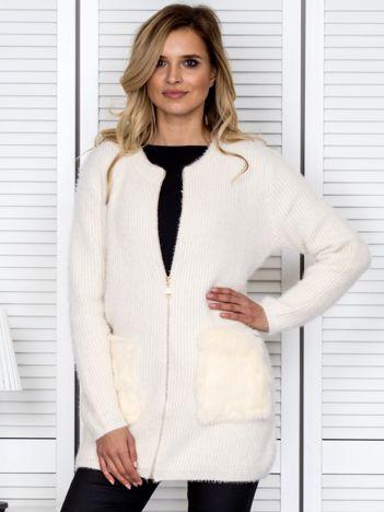 Beżowy sweter na suwak z futerkiem na kieszeniach
