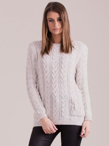 Beżowy sweter w warkocze z kieszeniami