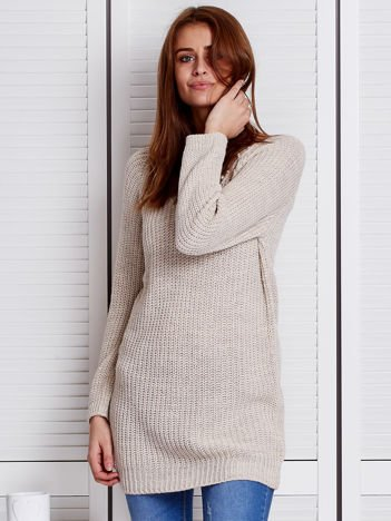 Beżowy sweter z perełkami przy dekolcie